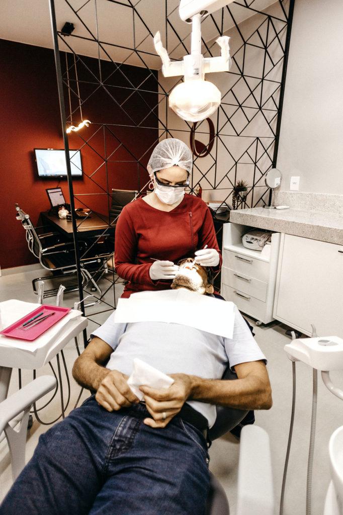 dentista realizando un empaste a una caries