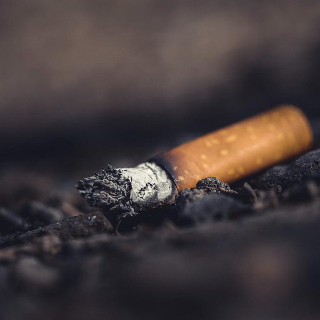 Colilla tirada al suelo despues de fumar