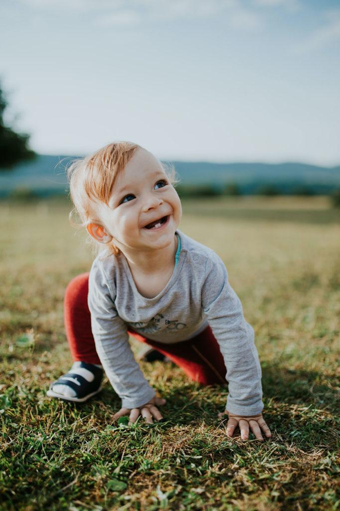 un bebé con los primeros dientes saliendo